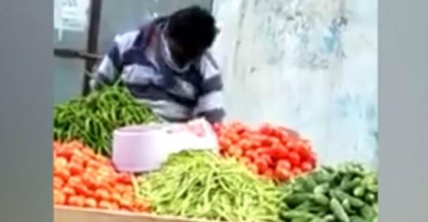 Hindu Manavın Sebzeleri Göbeğiyle Silmesi Olay Oldu
