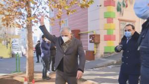 HDP'li Milletvekili Evlat Nöbeti Tutan Ailelere Zafer İşareti Yaptı